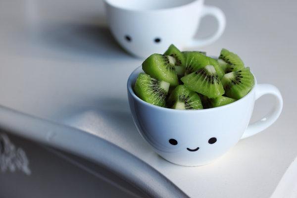 Vitamine C rijke kiwi. Vitamine C is onmisbaar voor een goed werkend ...: liefdeslicht.com/wat-doen-wij/gezondheid/voeding.php